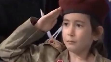Une petite fille assistant à un meeting du président turc Recep Tayyip Erdogan