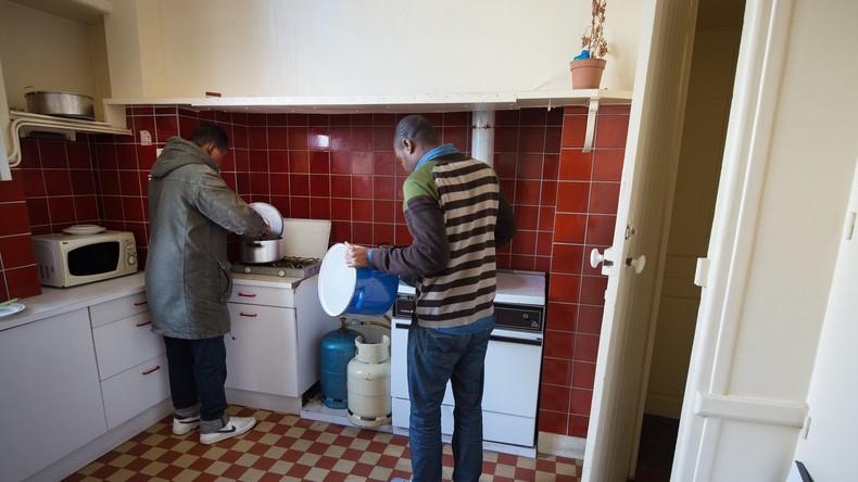 la maison de retraite est nous des migrants manifestent leur joie nantes video rt. Black Bedroom Furniture Sets. Home Design Ideas