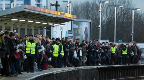 Passagers attendant un train pour Londres après une grève du Southern Rail (Rail du Sud), le 10 janvier 2017.