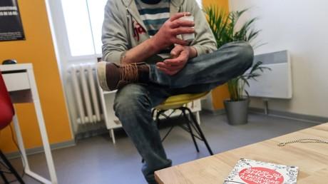 Illustration d'un consommateur de drogue dans la salle de shoot parisienne