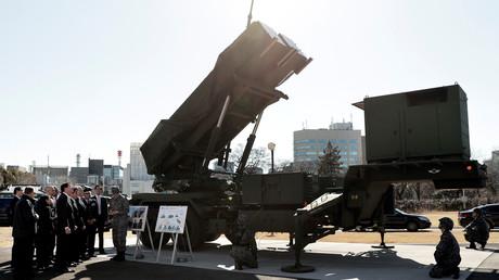 Le vice-président américain Mike Pence inspecte le système de lancement de missiles Patriot Advanced Capability-3 (PAC-3) avec Itsunori Onodera, ministre japonais de la Défense, à Tokyo, en février 2018 (image d'illustration)
