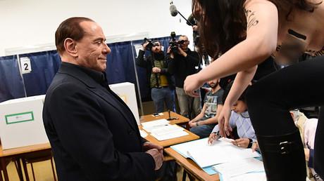 Seins nus, une Femen perturbe Silvio Berlusconi à son bureau de vote de Milan (VIDEO)