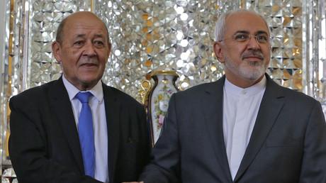 La poignée de main entre Jean-Yves Le Drian et Mohammad Javad Zarif à Téhéran le 5 mars 2018.