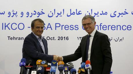 Illustration : Hashem Yekkeh-Zareh, président du groupe industriel Iran Khodro (gauche) et Carlos Tavares, PDG du groupe PSA, lors d'une conférence de presse à Téhéran, le 5 octobre 2016.