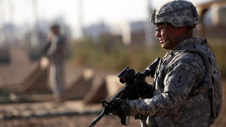 Un soldat américain monte la garde devant une base militaire située à trente kilomètres au nord de Bagdad.