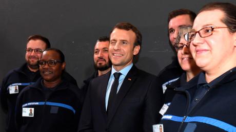 Emmanuel Macron prend la pose avec de jeunes diplômés de l'Ecole de l'administration pénitentiaire, le 6 mars