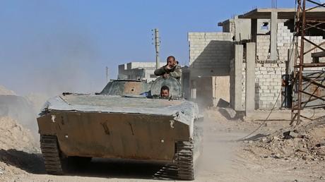 Des soldats de l'armée syrienne dans un véhicule de combat d'infanterie  à Beit Nayem dans la Ghouta