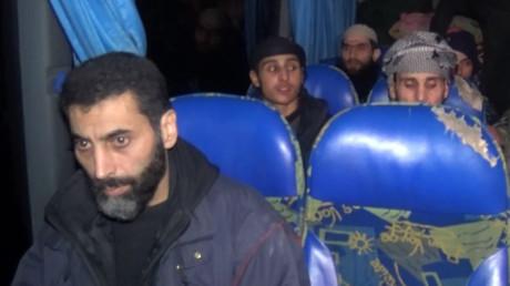 Un premier groupe de djihadistes dépose les armes et évacue la Ghouta orientale (VIDEO)