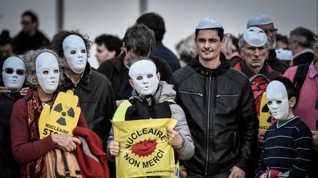 Des manifestants lors du rassemblement anti-nucléaire à Paris, le 11 mars