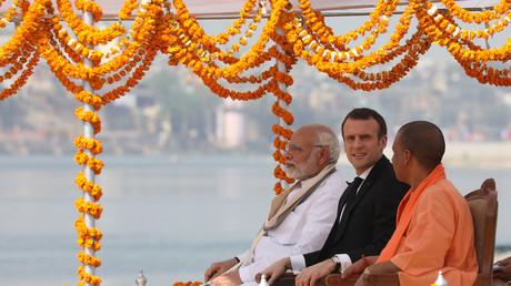 Le président français Emmanuel Macron entouré du Premier ministre indien Narendra Modi et du ministre en chef de l'Etat de l'Uttar Pradesh, le moine extrémiste hindou Yogi Adityanath, le 12 mars 2018.