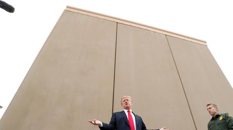 Donald Trump devant un prototype de mur le 13 mars 2018 près de San Diego en Californie.