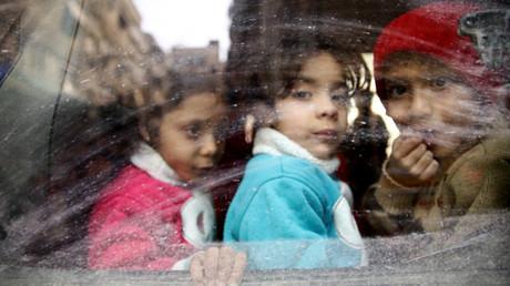 Enfants évacués le 13 mars 2018 d'une enclave tenue par des groupes djihadistes dans la Ghouta, photo ©REUTERS/Bassam Khabieh