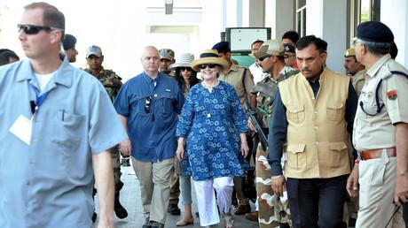 Inde : Hillary Clinton glisse à deux reprises et se fait péniblement porter (VIDEO)