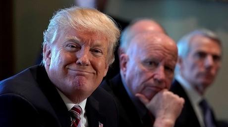 Le président des Etats-Unis participe à une réunion sur le commerce extérieur à la Maison Blanche avec des parlementaires américains le 13 février.