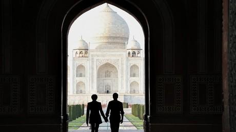 Emmanuel Macron et son épouse Brigitte Macron face au Taj Mahal à Agra en Inde, le 11 mars