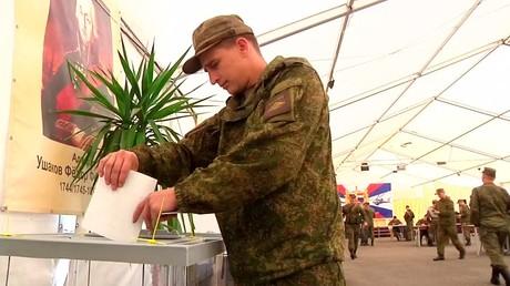 Les militaires russes basés en Syrie votent pour la présidentielle (VIDEO)