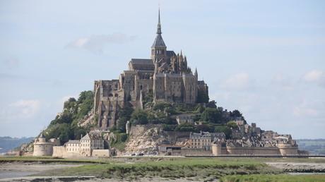 Pour calmer les Normands, le drapeau breton du Mont-Saint-Michel a été remplacé par celui de l'UE