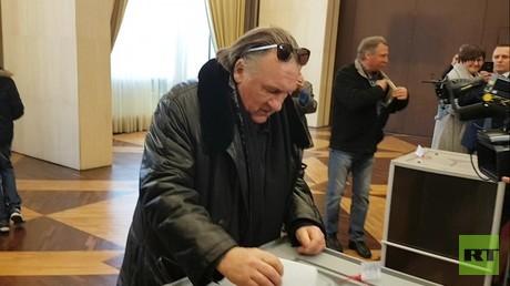 Election russe : à Paris, Gérard Depardieu a glissé son bulletin dans l'urne (VIDEOS)