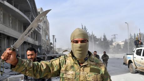 Illustration : un rebelle syrien, allié de la Turquie, parade avec un couteau après la chute d'Afrin aux mains d'Ankara et de l'Armée syrienne libre