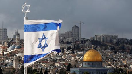 Un drapeau israélien flotte au-dessus de Jérusalem, illustration