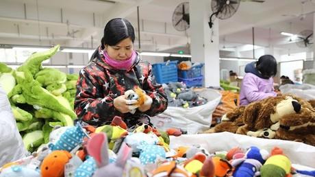 Assemblage de jouets destinés à l'exportation dans une usine de la province du Jiangsu dans l'est du pays en janvier 2018 (illustration).