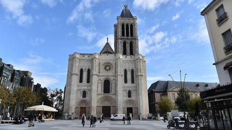 Des militants pro-migrants investissent la basilique de Saint-Denis, la messe annulée (IMAGES)