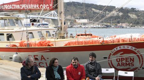 Le fondateur de l'ONG espagnole Proactiva Open Arms Oscar Camps (en rouge) donne une conférence de presse  sur le port de Barcelone en compagnie du chanteur espagnole Joan Manuel Serrat, du maire de Barcelone Ada Colau et du basketteur Jordi Villacampa le 19 mars 2018.