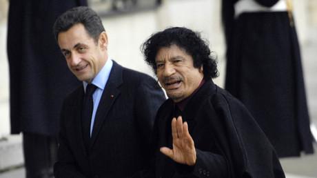 Nicolas Sarkozy et Mouammar Kadhafi sur le perron de l'Elysée le 12 décembre 2007.