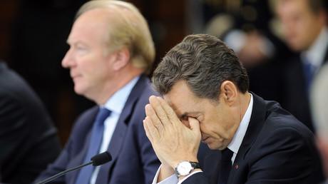 L'ancien président de la République Nicolas Sarkozy aux côtés de Brice Hortefeux le 25 novembre 2010 à Mayet-de-Montagne.