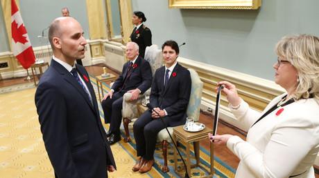Le ministre de la Famille, des Enfants et du Développement social Jean-Yves Duclos, à gauche