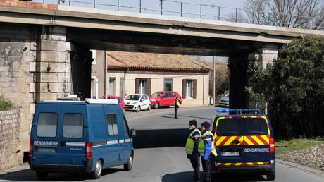 Des gendarmes bloquent l'accès à une route qui mène à Trèbes le 23 mars 2018. (image d'illustration)