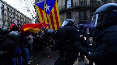 De violents affrontements ont eu lieu à Barcelone entre les manifestants et la police le 25 mars, après l'arrestation de Carles Puigdemont