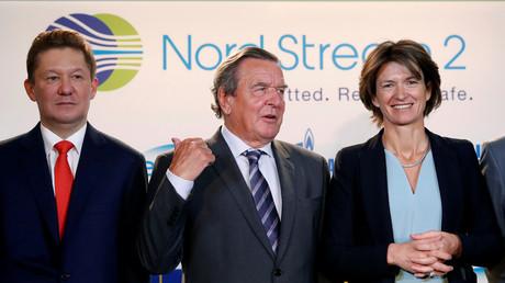 Alexeï Miller président de Gazprom (à gauche), l'ex-chancelier allemand Gerhard Schroeder et Isabelle Kocher, présidente d'Engie à Paris, le 24, avril 2017, après la signature par les partenaires de Gazprom d'un plan de financement de 9,5 milliards d'euros pour le gazoduc  Nord Stream 2.