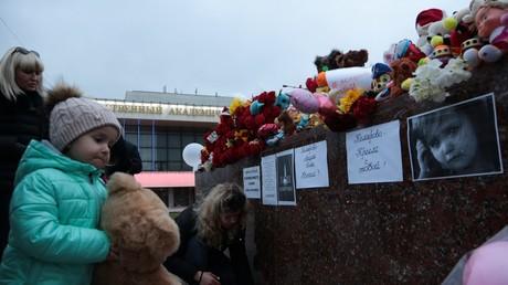 Devant un mémorial improvisé à Simferopol le 27 mars 2018, des Russes rendent hommage à la mémoire des victimes de l'incendie de Kemerovo dans lequel 64 personnes dont 41 enfants ont trouvé la mort.