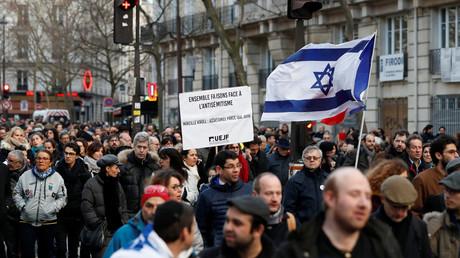 Marche blanche : pris à partie, Mélenchon et Le Pen contraints de quitter le cortège (VIDEOS)