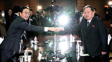 Le ministre sud-coréen de l'Unification Cho Myoung-gyon et son homologue nord-coréen Ri Son Gwon posent pour les photographes, le 29 mars 2018