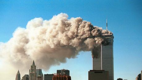 De la fumée s'échappe des tours jumelles le 11 septembre 2001