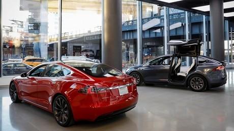 Voitures électriques de la marque Tesla dans leur hall d'exposition à New York (illustration).