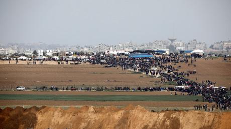 Des Gazaouis se rassemblent près de la frontière israélienne le 30 mars 2018.