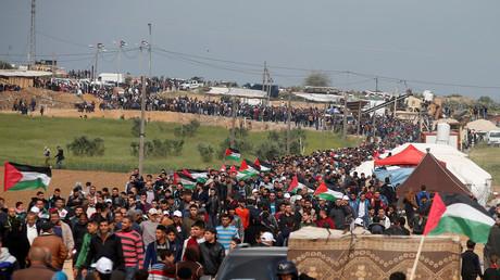 Les Palestiniens marchent le long de la frontière pour réclamer le droit au retour dans leurs villages d'origine d'avant 1948, le 30 mars 2018.