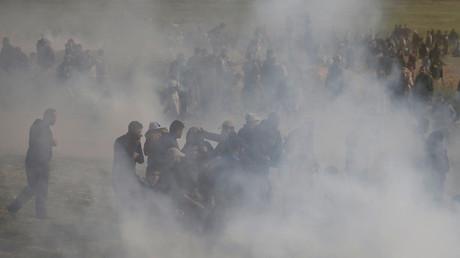 Des Palestiniens dans les gaz lacrymogènes tirés par les troupes israéliennes lors d'affrontements à l'occasion de la «Grande marche du retour» à l'est de Gaza, le 30 mars