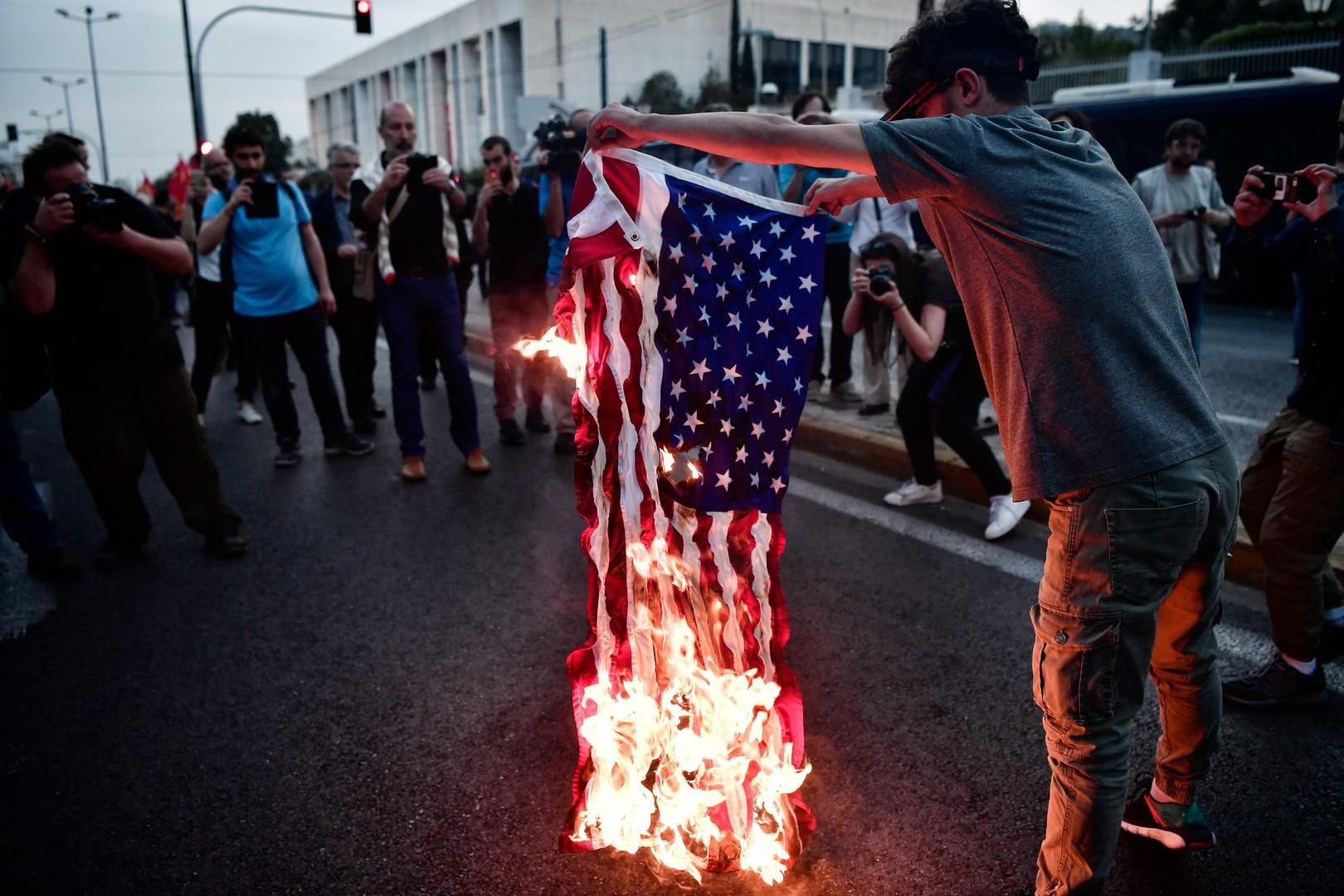Grèce : des opposants aux frappes en Syrie s'en prennent à la statue de Truman (PHOTOS)