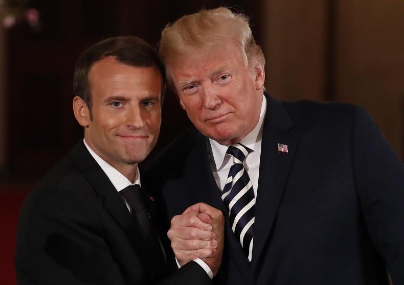 Donald Trump et Emmanuel Macron, une amitié (très) tactile