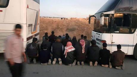 Des rebelles en pleine prière avant leur évacuation de Douma, Ghouta orientale, le 1er avril