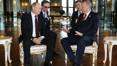Rencontre entre Vladimir Poutine et Recep Tayyip Erdogan  au palais présidentiel turc à Ankara, en marge de l'inauguration du chantier de la centrale nucléaire d'Akkuyu, le 3 avril 2018.