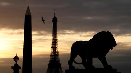 Vue sur l'obélisque Louxor et la tour Eiffel depuis la place de la Concorde, à Paris (illustration)