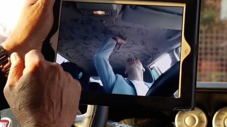 Un chauffeur de taxi italien roule dans une voiture dédicacée par les plus grands joueurs de la Juve
