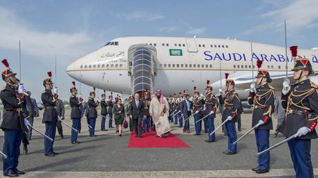 Le prince héritier d'Arabie saoudite est accueilli à l'aéroport du Bourget, le 8 avril par Jean-Yves Le Drian, ministre français des Affaires étrangères.