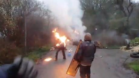 Un zadiste a sa veste qui prend brièvement feu alors qu'il vient de jeter un cocktail Molotov sur un gendarme