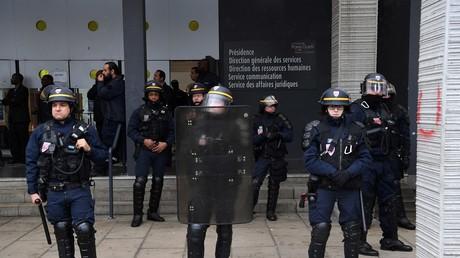 Les CRS devant l'entrée de l'université de Nanterre